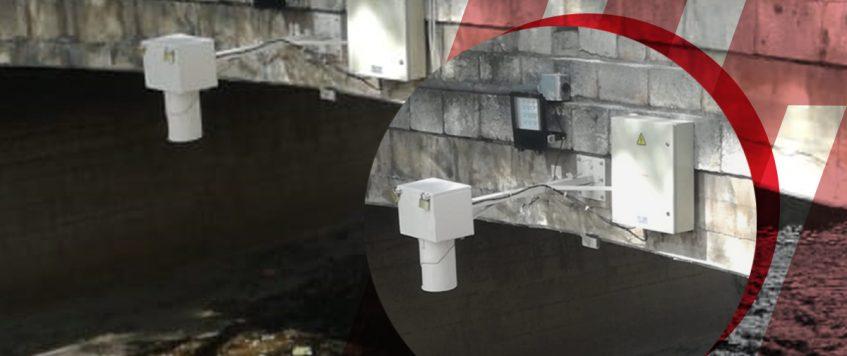 Instalación de sensores OMIXOM  de nivel en el arroyo en La Cañada